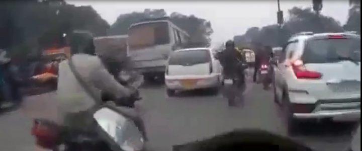 Vivez l'intensité de la circulation sur les routes indiennes