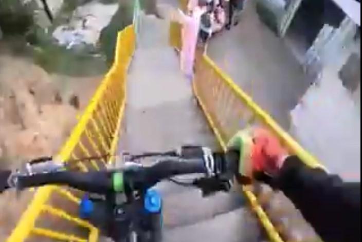 Vivez le parcours époustouflant de ce cycliste sur une piste accidentée et dangereuse, une vraie folie !