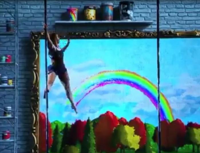 Cette artiste impressionne le public avec sa belle performance artistique, elle danse tout en interagissant avec un écran visuel