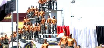 La parade impressionnante des militaires égyptiens torses nus ressemblent à une parade de figurines !