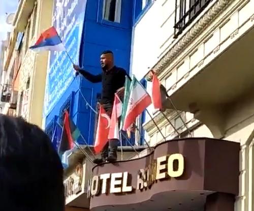 Istanbul : quand des Syriens veulent détruire le drapeau français et prennent le drapeau… russe !