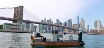 Cet homme est en télétravail sur une barge de l'East River (New York) pour respecter la distanciation sociale