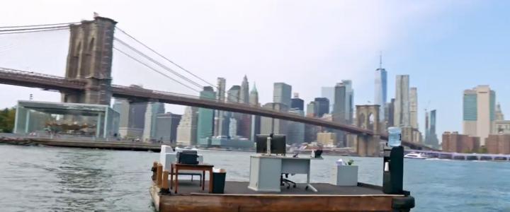 Ce bureau flotte sur l'East River à New York est une solution originale pour bien respecter la distanciation sociale