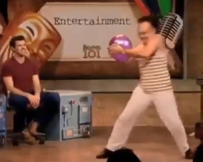 Cet artiste mime réalise un show ahurissant en donnant l'impression de déplacer un ballon gonflable très lourd