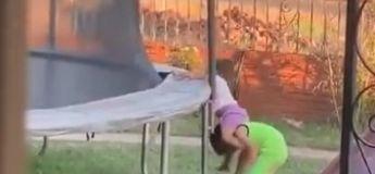 Avec beaucoup de persévérance, ce petit garçon réussit à faire monter sa petite sœur un trampoline pour jouer avec elle