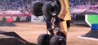 Ce monster truck peut rouler avec ses deux-roues avant uniquement et la maitrise est totale