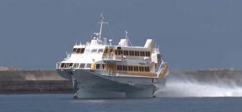 Ce navire hydroptère Toppy 3 navigue particulièrement vite sur les eaux, et s'élève même lorsqu'il atteint une certaine vitesse