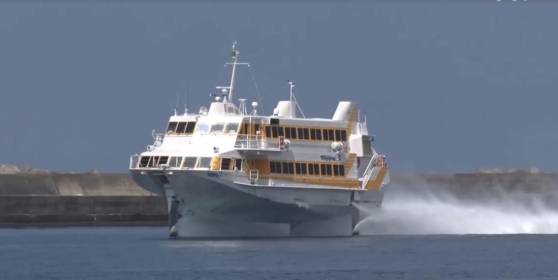 Ce navire hydroptère navigue particulièrement vite sur les eaux, et s'élève même lorsqu'il atteint une certaine vitesse