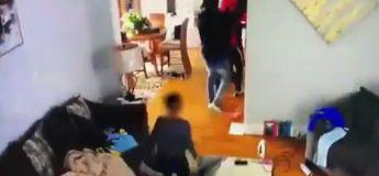 Un petit garçon très courageux essaye de sauver sa mère contre l'attaque d'un groupe de cambrioleurs