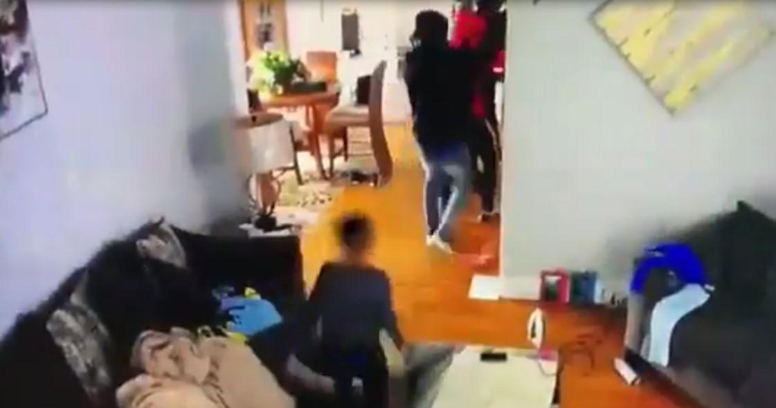 Etats-Unis : un petit garçon très courageux essaye de sauver sa mère contre l'attaque d'un groupe de cambrioleurs