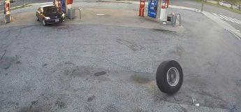 Dans une station, un pneu sorti de nulle part a endommagé la belle carrosserie de la voiture de cette femme : vie de merde !