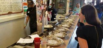 En ingurgitant 223 huîtres en une heure, cette femme récolte de l'argent pour financer des bourses
