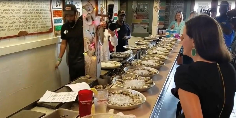 En ingurgitant 223 huîtres en très peu de temps, cette femme récolte de l'argent pour financer des bourses