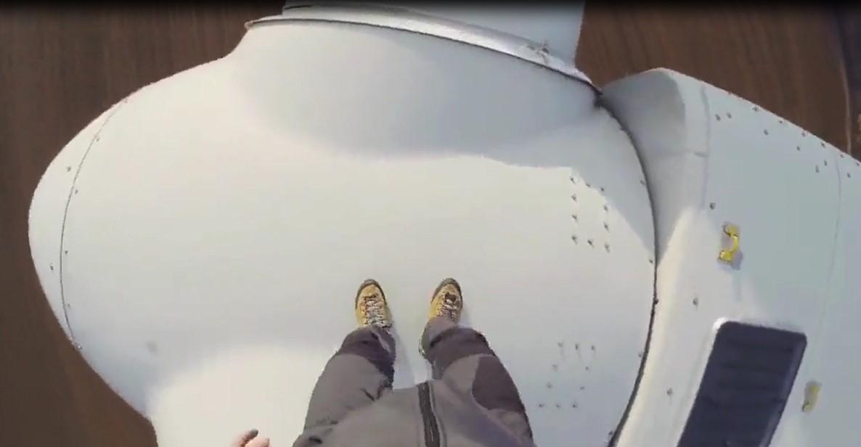 Il réalise un exploit sensationnel, il a marché sur les palmes d'une éolienne avant de sauter en parachute