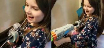 Cette petite fille réussit à enlever sa dent avec un Nerf
