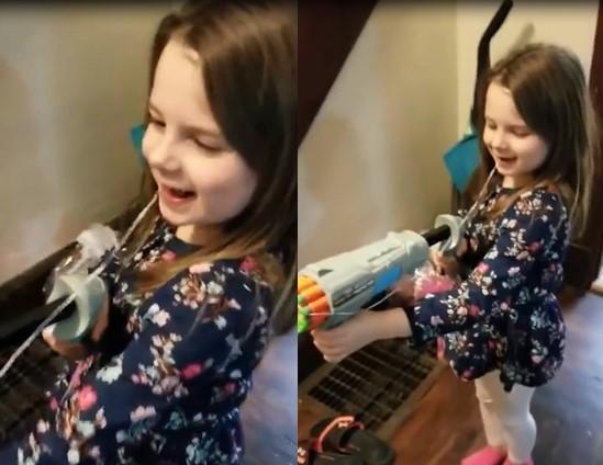 Cette petite fille réussit à enlever sa dent avec un jouet