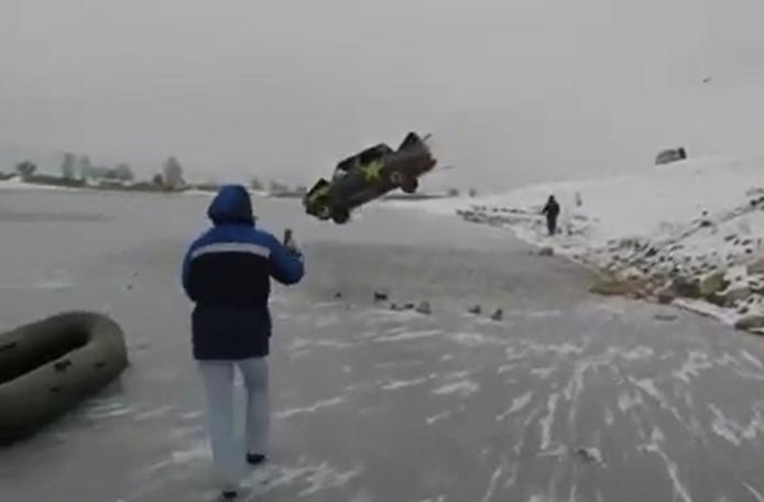 Cet homme s'est jeté avec une vieille voiture dans un lac gelé et s'en sort sain et sauf