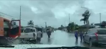 Cette voiture persiste à traverser une ville inondée et a fini par s'inonder elle aussi au fur et à mesure qu'elle avance