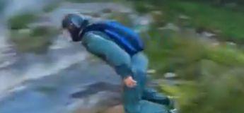 Cet homme saute d'une falaise en étant filmé par deux drones qui l'ont suivi