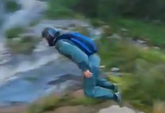 Cet homme qui saute d'une falaise est filmé par deux drones qui l'ont suivies