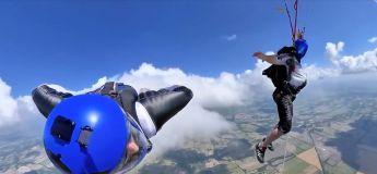 Un homme en Wingsuit et une femme enceinte en parachute effectuent un incroyable saut dans le vide