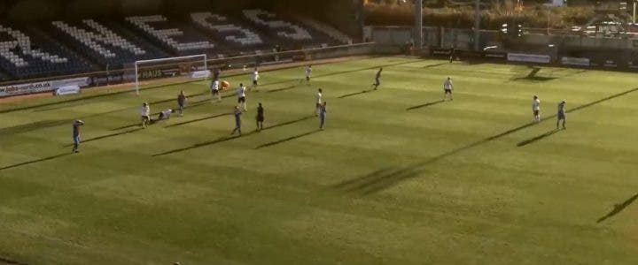 Une caméra intelligente confond le ballon et la tête chauve de l'arbitre lors d'un match de football