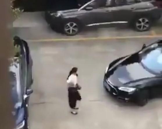 Regardez comment cette femme s'est vengée d'une voiture qui a failli l'écrasé dans un parking