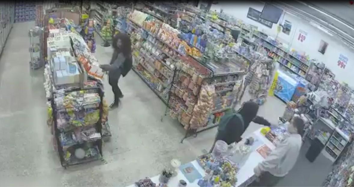 Ces deux hommes, qui venaient pour voler dans un magasin ont fini par aider un vendeur car un autre homme armé est venu cambrioler