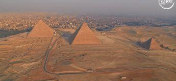 Sébastien Léger mixe à côté des grandes pyramides de Gizeh en Egypte