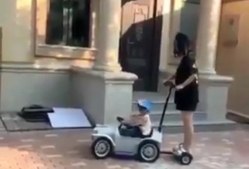 Ce petit garçon « joue » le chauffeur de sa famille au volant de ses voitures