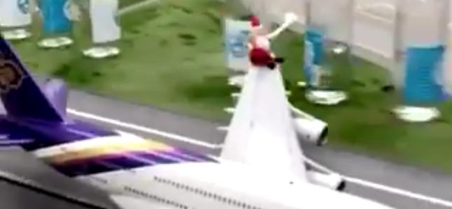 Ce petit Père Noël en miniature joue « Vive le vent » avec des bouteilles
