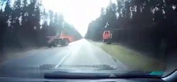 Un automobiliste ne voit pas le cable tendu entre ces deux camions