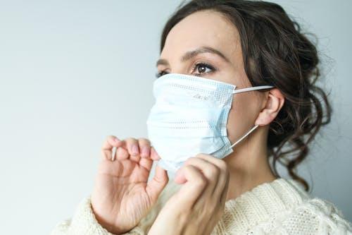 Comment bien prendre soin de sa peau sous le masque ?