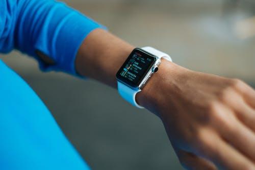 Les montres connectées seraient-elles une solution intelligente dans la lutte contre la Covid 19 ?