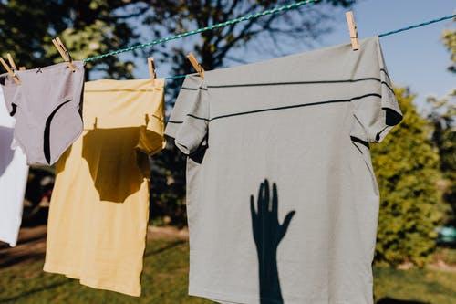 Pourquoi doit-on laver les nouveaux vêtements avant de les porter ?