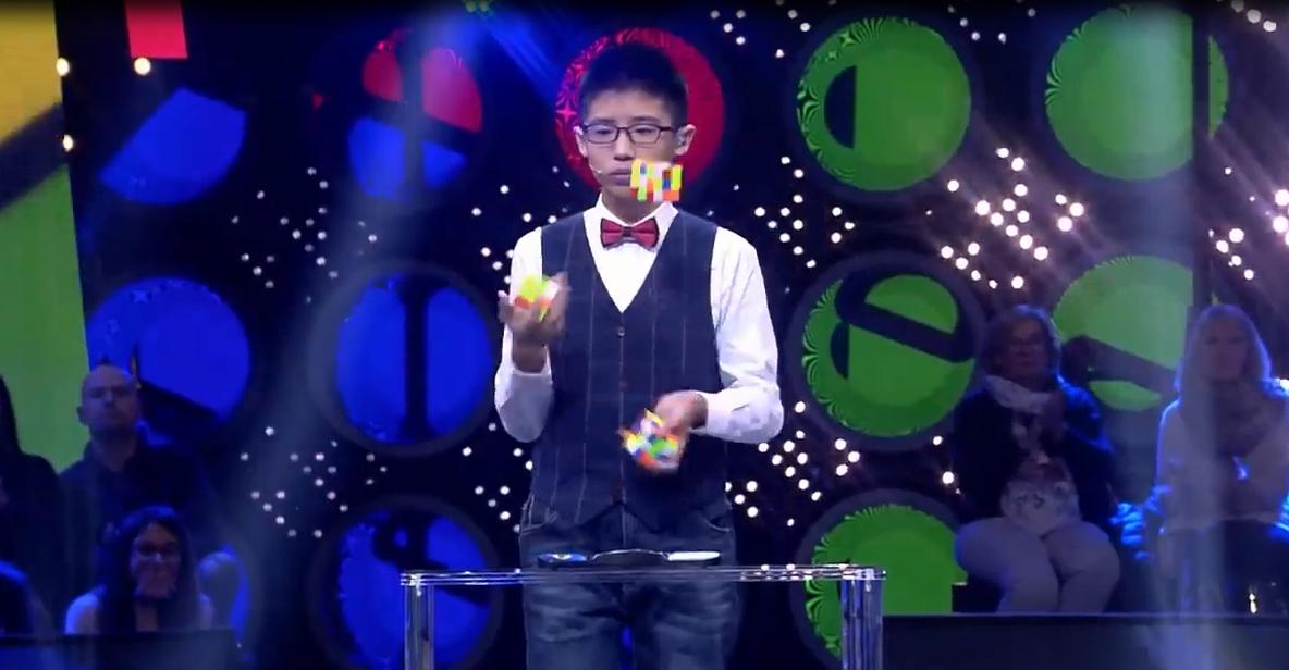 Ce jeune garçon résout trois Rubik's Cube en les jonglant !