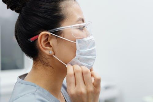 Le pince-nez anti-buée : le must have des personnes portant des lunettes