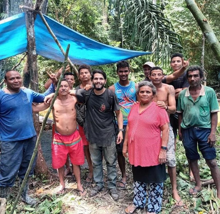 Antônio Sena, au centre, en chemise noire, avec Maria Jorge dos Santos Tavares, ses deux fils et d'autres ramasseurs de noix qu'il a rencontrés par hasard après plus d'un mois d'errance en Amazonie.