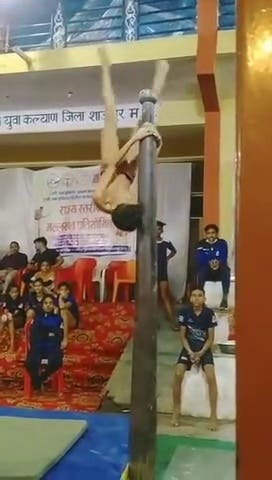 Démonstration d'un jeu homme faisant du Mallakhamb (pole dance indienne)
