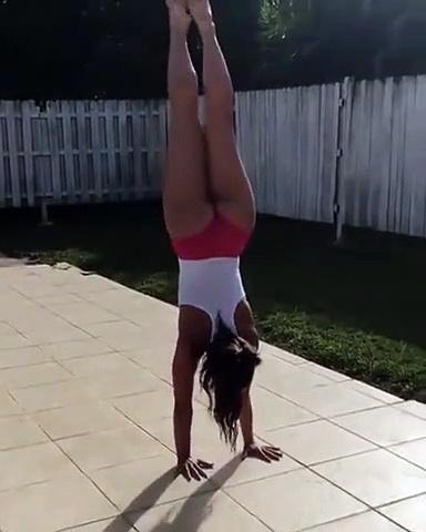 Le talent de cette femme ne s'arrête pas à son équilibre sur les mains